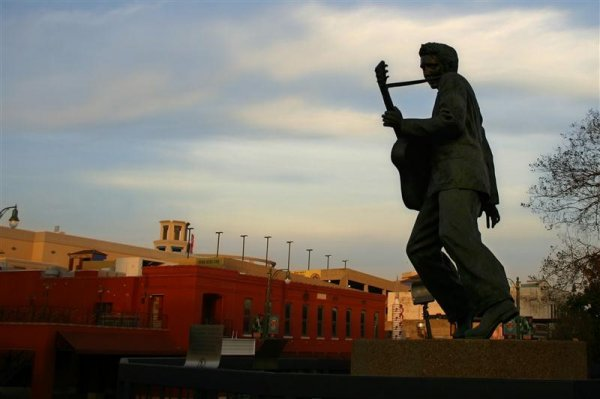 elvis_statue_memphis (Medium).jpg